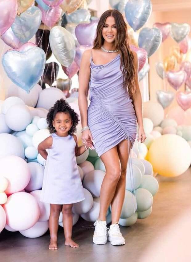 Яркий family look: Хлои Кардашьян показала фото с дня рождения дочери Тру