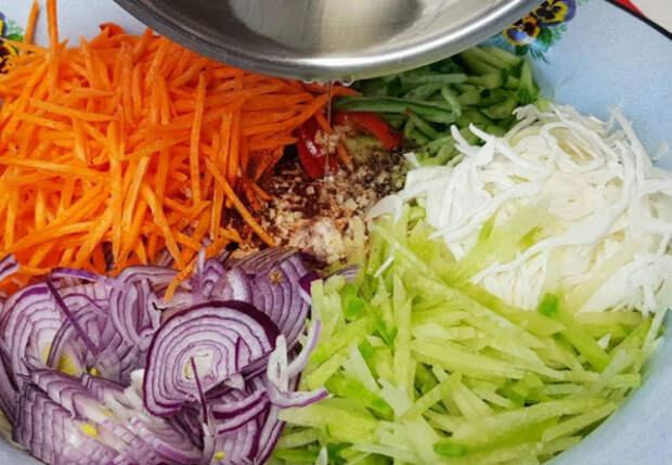 Витаминный салат из капусты и моркови: ошпарили овощи маслом и ставим на стол