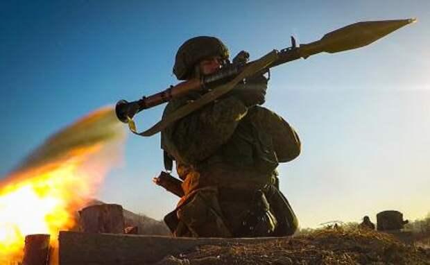 На фото: военнослужащий во время стрельбы из ручного противотанкового гранатомета РПГ-7 на учениях батальона морской пехоты Тихоокеанского флота на полигоне Бамбурово