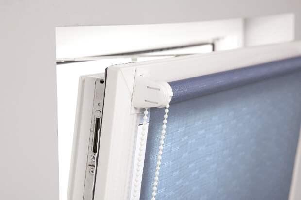 Рулонные шторы на пластиковые окна без сверления: виды, монтаж и установка (34 фото)