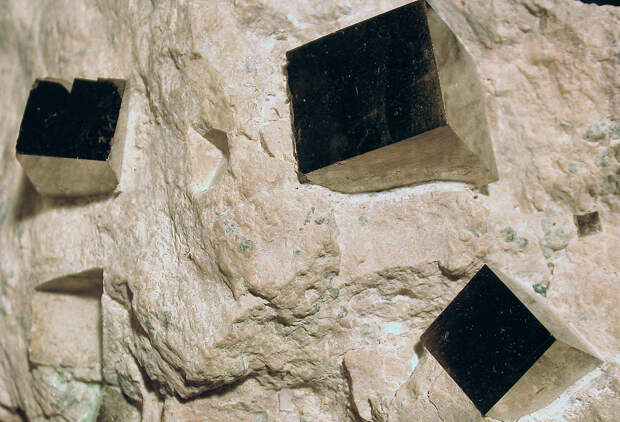 1024px-Pyrite-cubes.jpg
