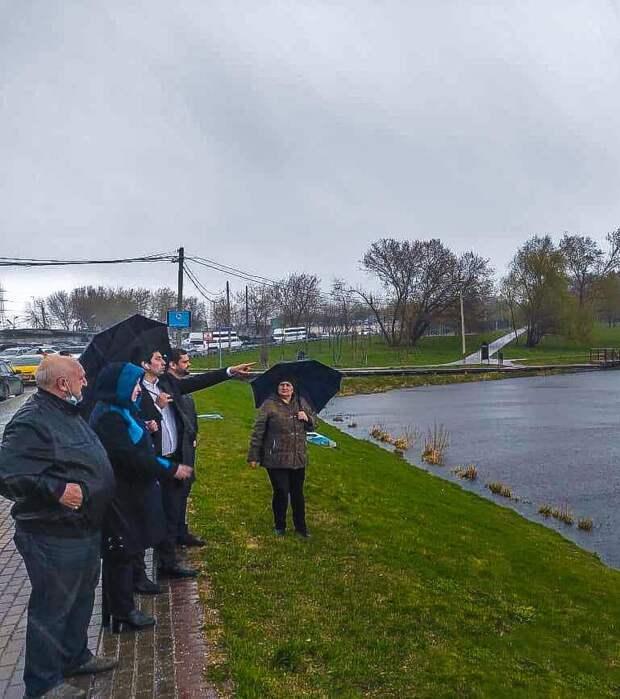 Глава Лосинки проверил состояние набережной Джамгаровского пруда