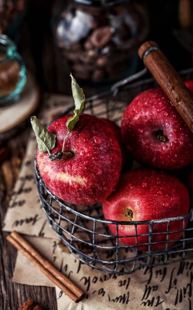 Яблоки в металлической корзинке в рустикальном стиле