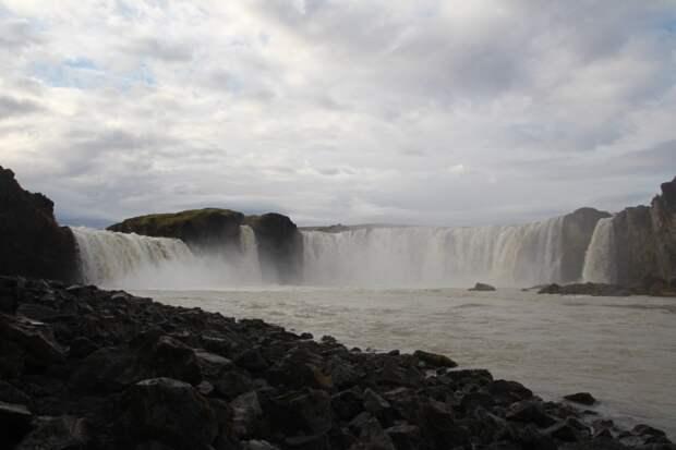Волшебное место. Сидишь на каменном островке, а вокруг грохочет вода.