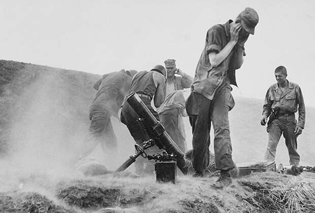 Силы ООН ведут огонь из минометов по позициям северокорейских войск, август 1950 года