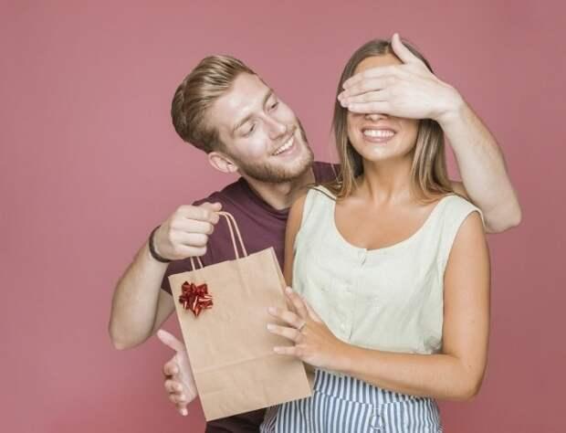 парень дарит девушке подарок