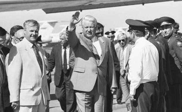 На фото: бывший президент России Борис Ельцин (в центре) и бывший мэр Санкт-Петербурга Анатолий Собчак (слева)
