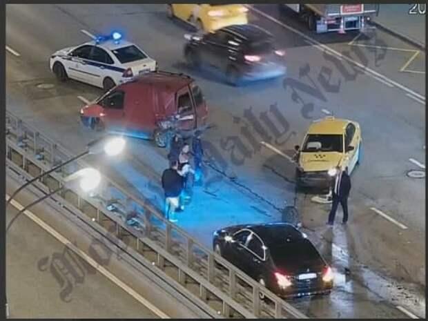 Авария с тремя машинами произошла вблизи станции метро «Октябрьское Поле»