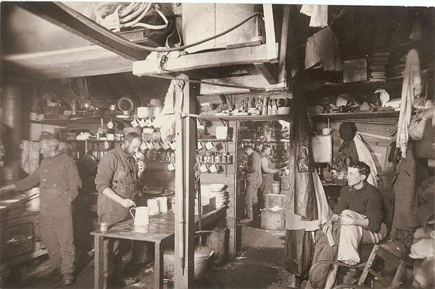 Кухонный уголок на экспедиционной базе, приблизительно 1912 год Австралийская антарктическая экспедиция, антарктида, исследование, мир, путешествие, фотография, экспедиция
