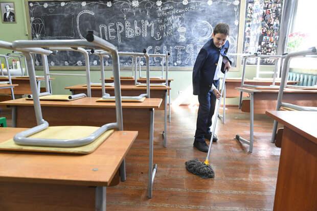 """Кто должен мыть полы в школе? Этот вопрос почему-то остается одним из самых """"горячих"""". Фото: РИА Новости"""