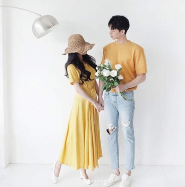 молодая азиатская пара в желтой одежде