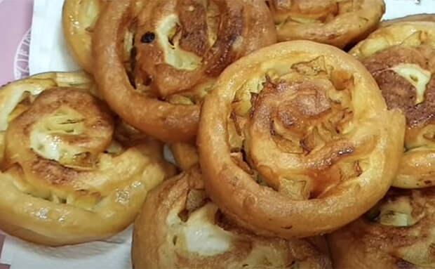 Делаем с виду обычные «плюшки», но потом прокладываем тесто яблоками и получаем сочный десерт к чаю