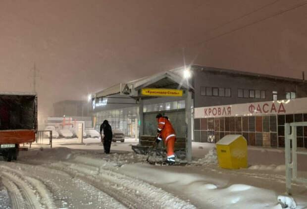 Краснодар вновь снегу: на дороги и тротуары города вышли люди и техника
