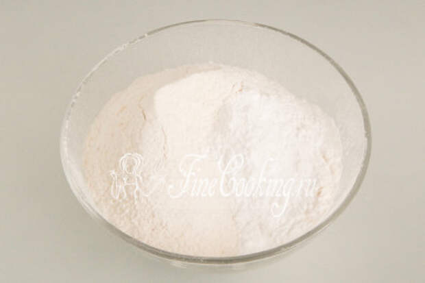 Вначале подготовим сухую смесь для бисквита: смешиваем 200 граммов пшеничной муки с 10 граммами (неполная столовая ложка) разрыхлителя, просеиваем через сито