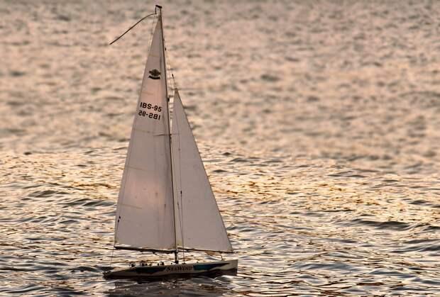 В Керченском проливе на яхте застряли 5 человек