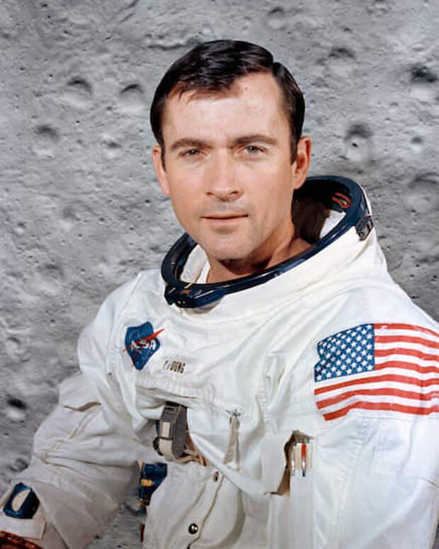 Джон Уоттс Янг (1930-2018), командир корабля «Аполлон-16», был на Луне 21-24 апреля 1972 года.