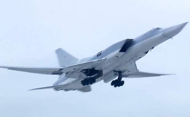 На фото: бомбардировщик Ту-22М3 ВКС России