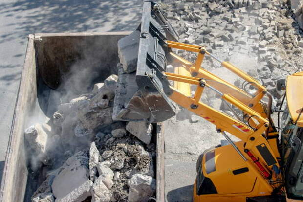 Во дворе на Лётчика Бабушкина очистили бункер от строительного мусора