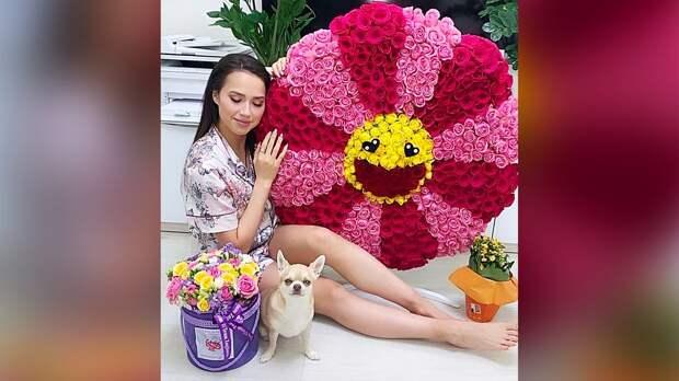 Загитова похвасталась композицией из роз в виде солнца от поклонников: фото