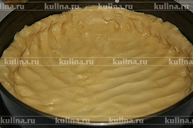 Присыпать столешницу мукой, выложить тесто и раскатать его в пласт чуть больше размера формы, так чтобы теста хватило на бортики торта. Поставить форму на 20 минут в холодильник, после чего накрыть форму с тестом несколькими листами плотной бумаги, поставить в предварительно нагретую до 180 градусов духовку и выпекать около 10 минут. Затем снять бумагу и еще выпекать около 10 минут, пока тесто не станет нежно румяного цвета. Вынуть корж из духовки и остудить.