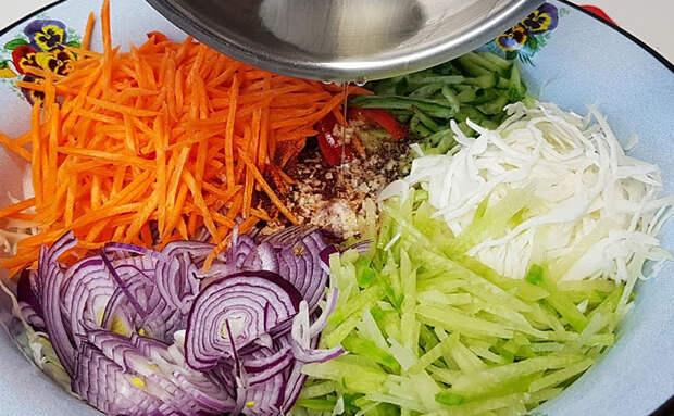 Витаминный весенний салат за 5 минут: поливаем овощи горячим маслом и ставим на стол