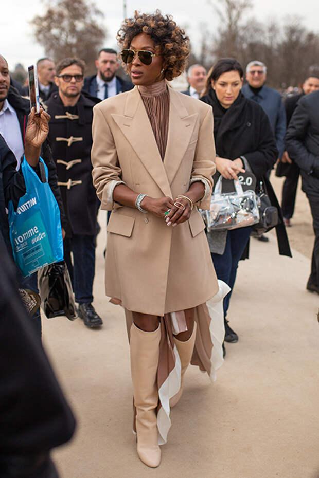 Короткие кудрявые локоны, свободные и закрытые наряды - узнаете знаменитую модель в новом облике?