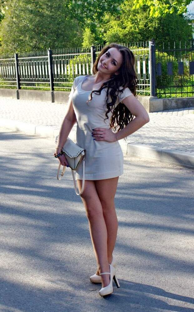 Девушки в коротеньких платьях