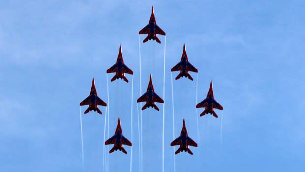 """На пределе возможностей: пилотажная группа """"Стрижи"""" отмечает тридцатилетний юбилей"""