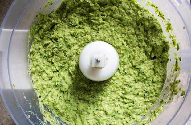Смешали чашку оливкового масла с сыром и зеленью: соус ко всему за 3 минуты