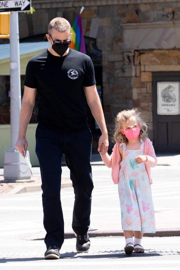 Минутка умиления: ужасно милый Брэдли Купер на прогулке с дочерью Леей