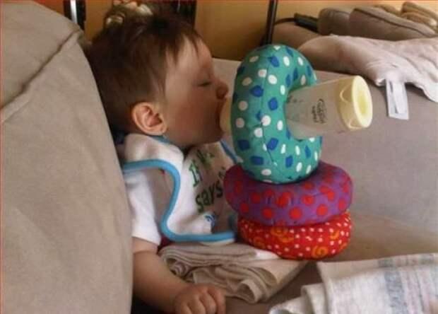 5. Не самим же бутылочку держать дети, крутые родители, фото, юмор