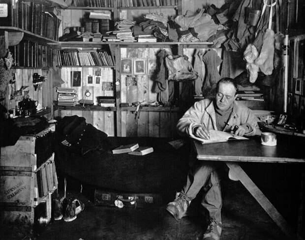 Роберт Скотт ведет дневник. Мыс Эванс, зима 1911 г.