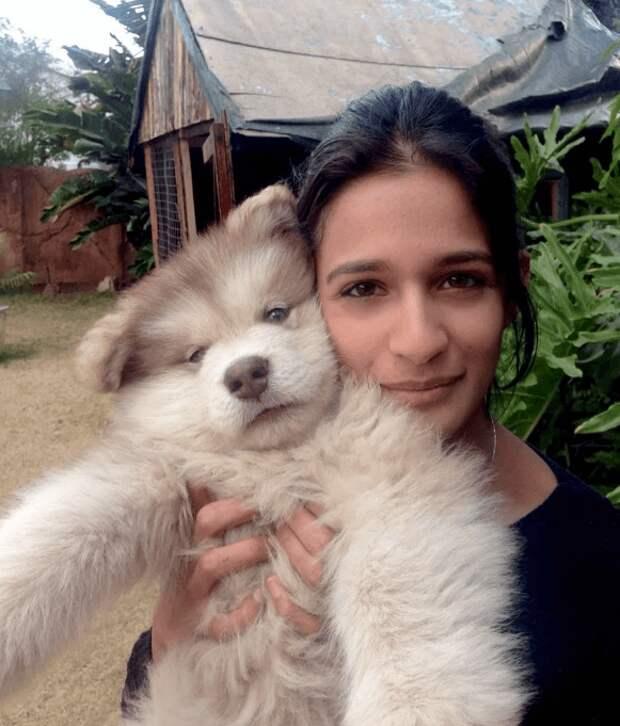 Девушка приютила крошечного щенка. Теперь песик вырос и стал больше хозяйки