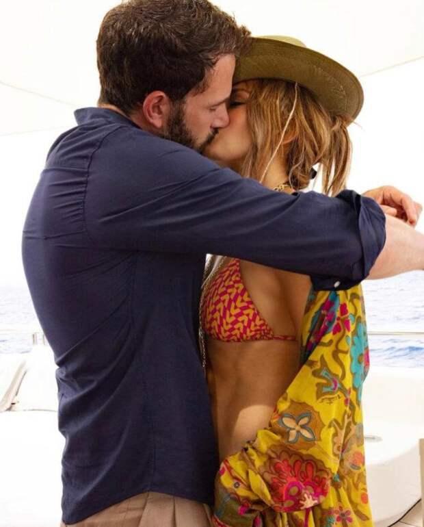 Жаркие поцелуи: Дженнифер Лопес поделилась фото в объятиях Бена Аффлека