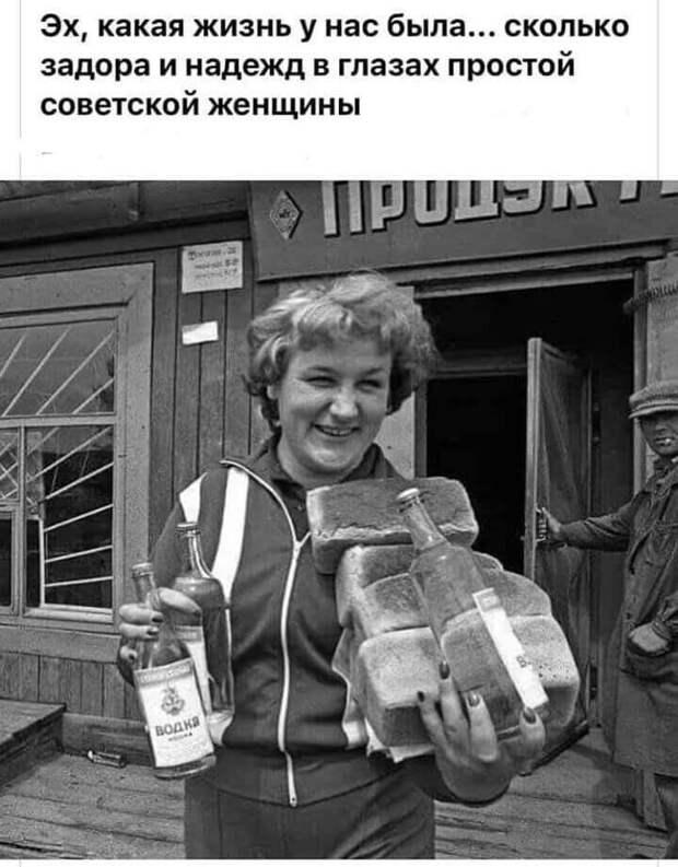 Продавщица в хлебном отделе в моменты одиночества от нечего делать шевелит булками