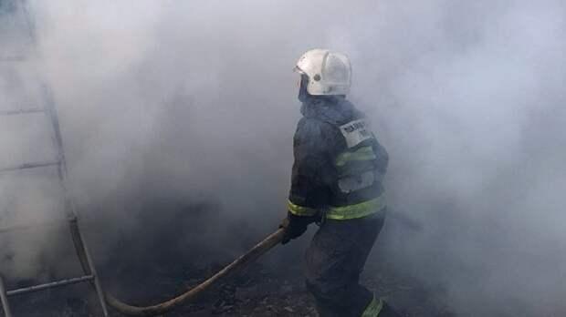 Кровля бывшего здания хлебозавода вспыхнула в Татарстане
