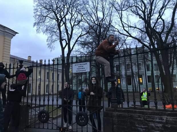 Штурм заборов, ершики и электрошокеры: протестующие в Петербурге пытаются прорваться на Невский проспект
