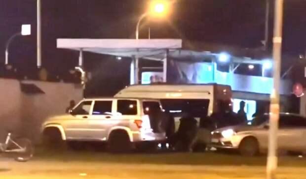 «Положили лицом наземлю»: силовики задержали неизвестных напарковке вЕкатеринбурге
