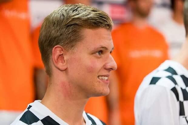 Первую гонку Формулы-2 в Сочи выиграл сын Микаэля Шумахера