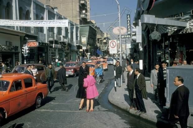 Тонкий Восток и модный Запад: фототур американца по Ирану в 1967году