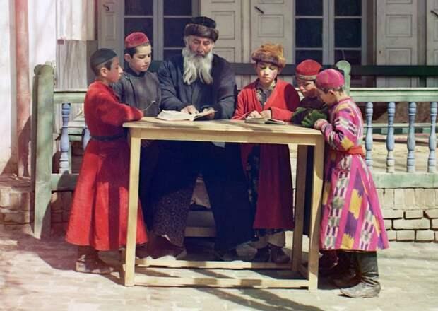 Группа еврейских детей с учителем в Самарканде (ныне Узбекистан), 1910 год. (Prokudin-Gorskii Collection/LOC) империя., путешествия, цветное фото