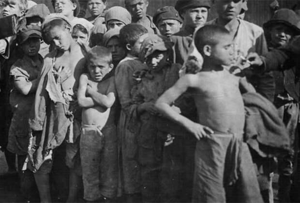 Спящие на улице беспризорники. 1920 год