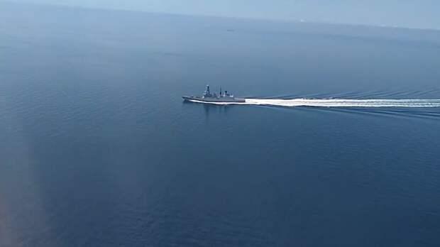 Минобороны РФ показало кадры пролета над эсминцем ВМС Британии в Черном море