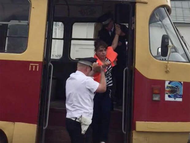 Едва стояла на ногах. Пьяная водитель трамвая устроила ДТП и попыталась сбежать