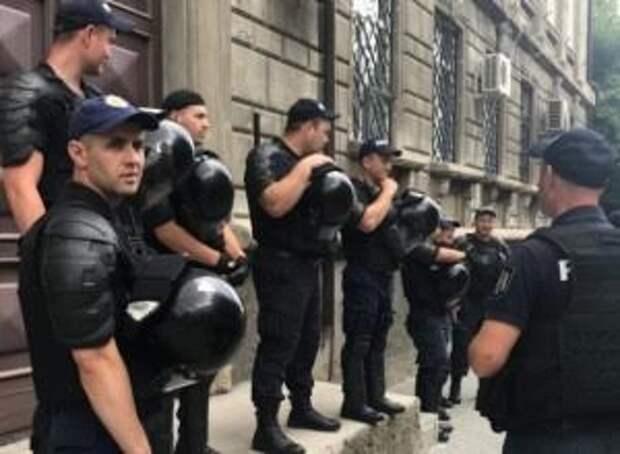 Центризбирком Молдавии под охраной: протестующие накаляют обстановку