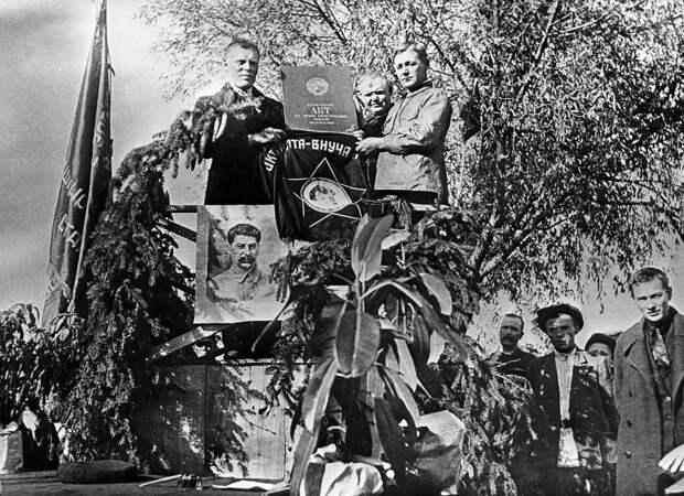 Передача Акта на вечное пользование землей колхозникам Киевской области. 1935 год. / РИА Новости