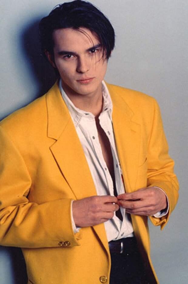 Как одевались звездные мужчины в 90-х, чтобы эпатировать публику