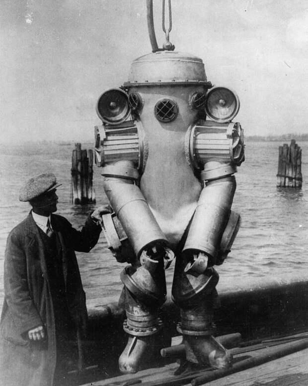 Американский изобретатель Х. Л. Боудин со своим глубоководным гидрокостюмом с установленными на плечах 1000–ваттными лампами, 15 августа 1931 года знаменитости, исторические фотографии, история, редкие фотографии, фото