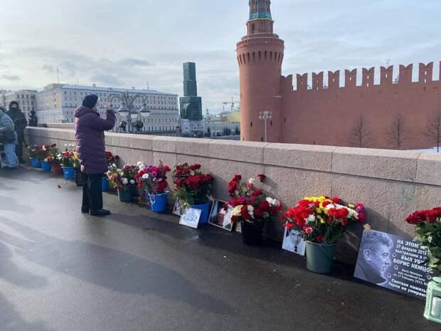 В Москве активисты помолились на месте убийства Немцова