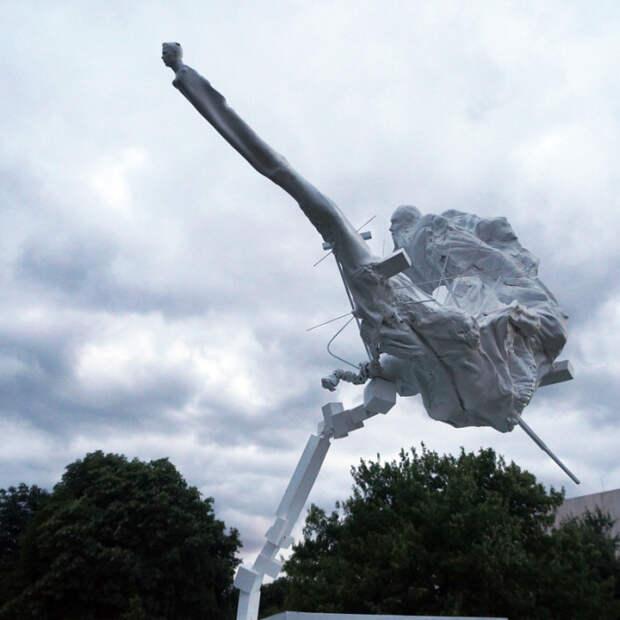 Нападающий в воображении скульптора выглядит так. /Фото: kawarga.ru: